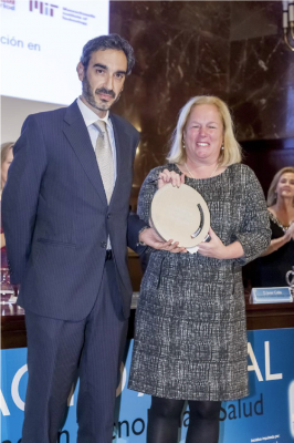 Dr Luis Sánchez (left) and Dr Martha Gray (right) accepting the prize from the Fundación Tecnología y Salud for M+Visión's contributions to healthcare and economic development.